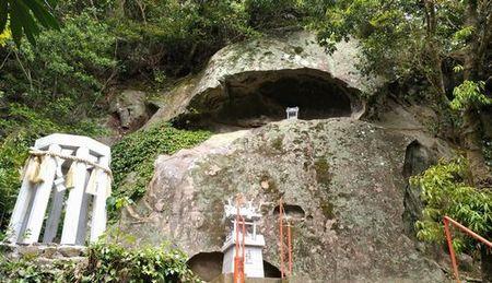 岩のお社_s.jpg